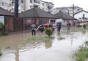 Peste 150 de copii de la o grădiniţă din Bascov, evacuaţi cu microbuzul şcolar din cauza inundaţiilor