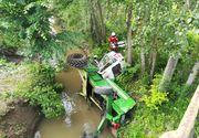 Accident în Neamţ. Un tractor căzut într-un pârâu: O persoană a rămas prinsă în utilajul agricol