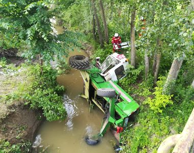 Accident în Neamţ. Un tractor căzut într-un pârâu: O persoană a rămas prinsă în...