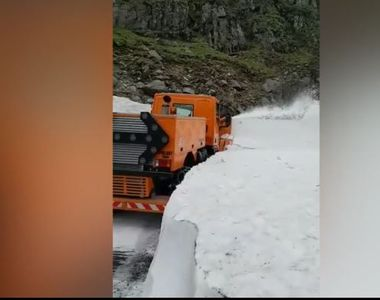 5 metri de zăpadă pe cel mai frumos drum din România. Când se va putea circula pe...