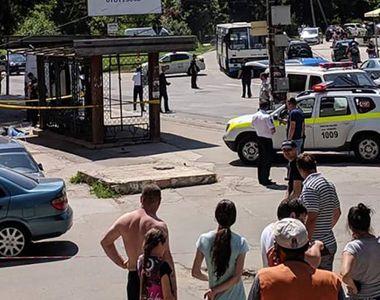 Accident teribil! Un șofer a intrat cu mașina într-o mulțime ce se afla în stația de...