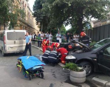 Tânără rănită după ce o maşină a ajuns pe trotuar, după ce s-a ciocnit cu un alt...