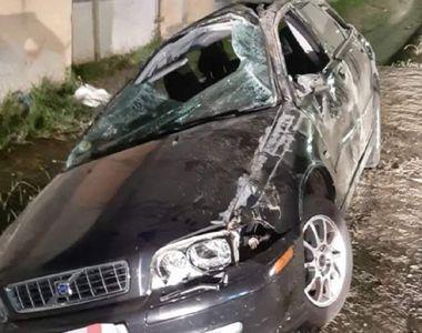O tânără de 18 ani a murit, după ce maşina în care se afla a intrat într-un stâlp