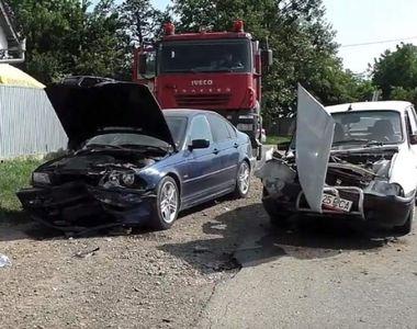 Șoferul unui BMW și-a făcut praf mașina după ce a lovit o Dacia 1310