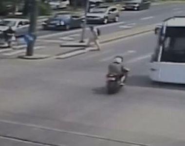 VIDEO | Momentul în care un motociclist se izbește violent de un autobuz
