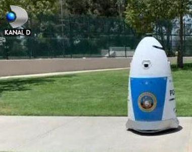 VIDEO | Robotul-polițist din parc