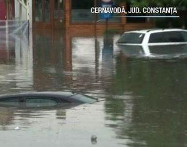 VIDEO | Mașini acoperite de ape, după o ploaie torențială