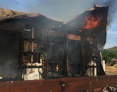 Incendiu la o pensiune din Tulcea, mai multe persoane au părăsit imobilul când au...