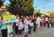 Manifestaţie la Baia de Aramă pentru fetiţa adoptată de o familie de români din SUA