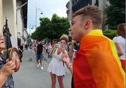 """O vârstnică și un tânăr care participa la Marșul diversității au împărțit impresii despre comunitatea LGBT. Dialogul a avut loc în faţa Bisericii """"Sfântul Vasile cel Mare"""" de pe Calea Victoriei. Ce i-a spus bătrâna"""
