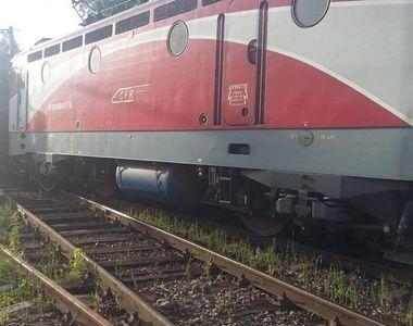 Suceava: Locomotiva unui tren Regio a deraiat din cauza viiturilor