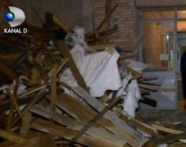 VIDEO | Vijeliile au făcut ravagii. Vântul a luat pe sus acoperișurile unor blocuri din...
