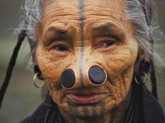 Tribul în care femeilor li se pun dopuri în nas. Motivul este șocant