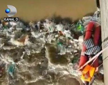 VIDEO | Salvare spectaculoasă din apele învolburate. Un bărbat se răsturnase cu barca
