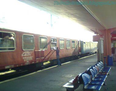 Trafic feroviar oprit temporar în vestul ţării, zeci de angajaţi intervin pentru...