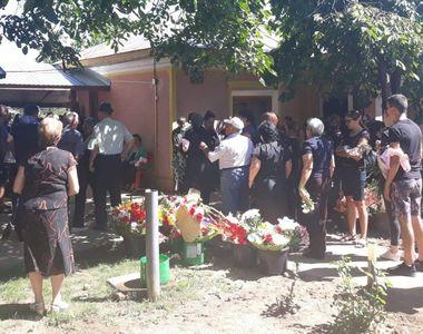 VIDEO| Manuela, mireasă pe ultimul drum. Scene dureroase la înmormântarea tinerei ucise...