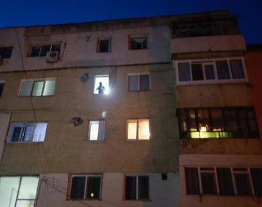 O fată de 13 ani, nevăzătoare, a căzut de la etajul al treilea al unui bloc din Buzău
