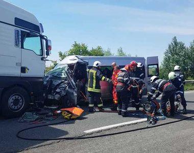 Accident cumplit: Tir intrat pe contrasens. 4 persoane rănite