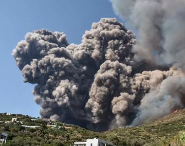 Incredibil! S-au aruncat în mare pentru a scăpa de erupția unui vulcan: A fost iadul pe...