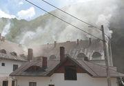 Incendiul de la Mănăstirea Râmeţ a fost lichidat. Pompierii vor stabili cauza şi valoarea pagubelor, în cursul zilei de sâmbătă