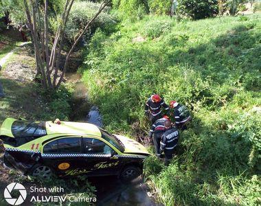 Un taximetrist a căzut cu mașina într-o râpă