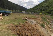 Un bărbat care a aruncat deşeuri din construcţii în albia unui râu, amendat de Garda de Mediu cu 2.000 de lei; Primăria Răşinari a demarat curăţarea zonei