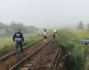 Un tânăr de 20 de ani a murit după ce mașina pe care o conducea a fost lovită de un tren