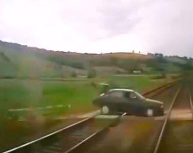 VIDEO | Momentul șocant în care un tren lovește un autoturism, în județul Cluj. Doi...