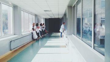 Un bărbat din Botoșani a fost bătut până a intrat în spital. Când a ajuns la Urgențe mai multe tinere i-au aplicat același tratament