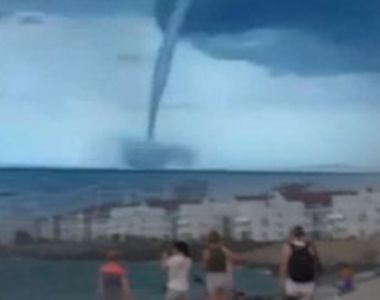 VIDEO | Mai multe tornade de apa ii inspaimanta pe turistii de la Marea Neagra
