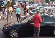 VIDEO | Momente de panică la Găești, după ce un copil a rămas bocat în mașină! Timp de 40 de minute s-au chinuit să deschidă ușile