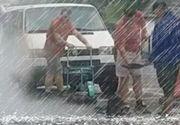 VIDEO | Ca la noi, la nimeni! Mai mulți muncitori, surprinși în timp ce asfaltau gropile pe o ploaie torențială