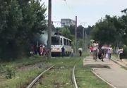 Alertă în București: Un tramvai plin cu oameni a luat foc, în mers