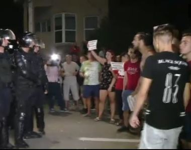"""Casa criminalului apărată de jandarmi de furia oamenilor. """"Scoateţi-l afară, să-i dăm..."""