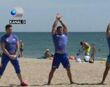 VIDEO | Lecții de sport la malul mării, cu campioni la culturism