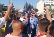 VIDEO | Câteva sute de persoane protestează la această oră în Piaţa Victoriei