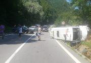 Accident între un autoturism şi un microbuz pe DN7, fiind implicate 21 de persoane! Traficul rutier este restricţionat - FOTO