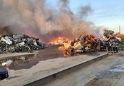 Incendiu puternic la o societate care se ocupă cu reciclarea materialelor! Populaţia, avertizată prin Ro-Alert despre degajările mari de fum. FOTO, VIDEO