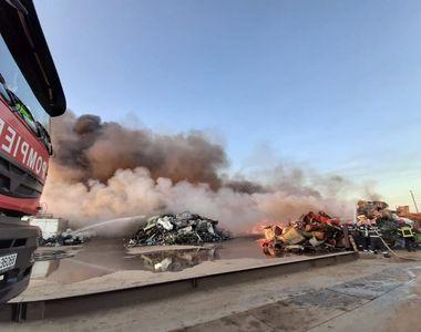 Pompier, transportat la spital după ce s-a intoxicat cu fum în timpul intervenţiei la...