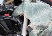 Doi tineri au murit după ce maşina în care se aflau a intrat într-un gard şi a luat foc