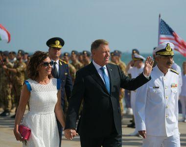 Preşedintele Klaus Iohannis a făcut baie de mulţime la plecarea de la ceremoniile de...