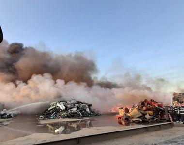 Incendiul de la depozitul de materiale reciclabile din Buzău a fost provocat de scântei...