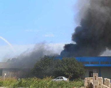 Incendiu puternic la un depozit de mase plastice, suprafaţa afectată fiind de 500 de...