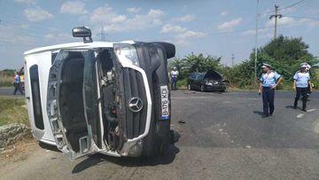 O femeie a murit şi alte cinci persoane au fost rănite, în urma unui accident în care au fost implicate un microbuz şi un autoturism; după impact, microbuzul s-a răsturnat