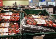 VIDEO | Un șarpe ascuns în cutiile cu fructe a semănat panică într-un supermarket din Covasna