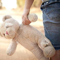 VIDEO | Caz terifiant la Reșița: Un tată și-ar fi agresat sexual fetița de numai trei ani și jumătate. E cutremurător ce le-a povestit copila psihologilor