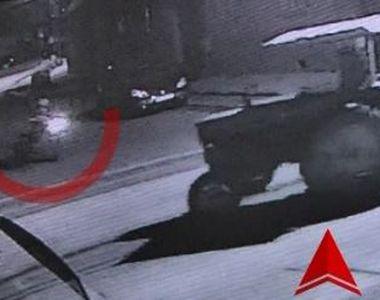 VIDEO | Momenntul în care doi tineri au intrat cu motocicleta într-un tractor. Impactul...