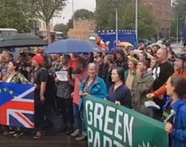 Mii de britanici au ieșit în stradă miercuri seară, după ce premierul Boris Johnson a...