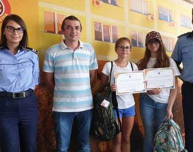 Două fete de 12 ani au predat Poliţiei un portofel plin cu bani pe care l-au găsit...