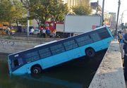 VIDEO | Un autobuz STB a ajuns în râul Dâmboviţa în zona podului de la Eroilor, în urma unui accident cu un autoturism